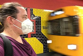 Berlin  Deutschland  ab 31.03.2021 in Berlin Pflicht im oeffentlichen Personennahverkehr: Das Tragen einer FFP2-Maske. Frau auf dem U-Bahnhof Richard-Wagner-Platz tut dies bereits vorbildlich