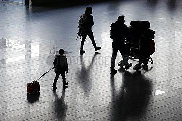Frankfurt am Main  Deutschland  Silhouette von Reisenden im Terminal des Flughafen