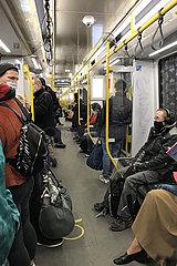 Berlin  Deutschland  Menschen fahren in Zeiten der Coronapandemie mit der U-Bahn