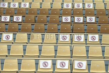 Riad  Saudi-Arabien  Sitze auf einer Tribuene sind hinsichtlich des Sicherheitsabstandes wegen der Coronapandemie gekennzeichnet sowie teilweise gesperrt