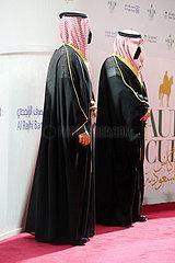 Riad  Saudi-Arabien  Arabische Maenner tragen in Zeiten der Coronapandemie Mund-Nasen-Schutz