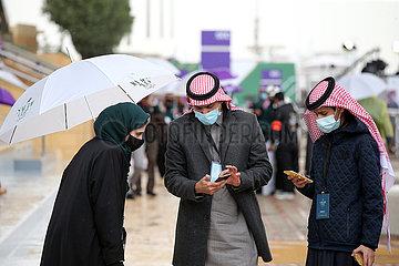 Riad  Saudi-Arabien  Einheimische bei Regenwetter auf der Galopprennbahn