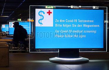 Frankfurt am Main  Deutschland  Wegweiser zu den Covid-19 Testzentren in Zeiten der Coronakrise im Terminal des Flughafen