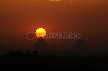 ÄGYPTEN-GIZA PYRAMIDS-SUNSET