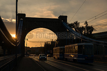 Polen  Wroclaw (Breslau) - Verkehr auf der Grunwaldbruecke (Most Grunwaldzki) ueber der Oder  von 1910 damals Kaiserbruecke