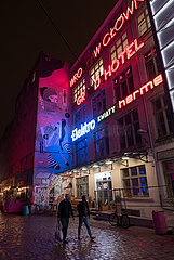 Polen  Wroclaw (Breslau) - Hinterhof mit Wandbild und alter Neonroehren-Leuchtreklame im Stadtzentrum