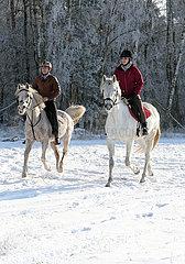 Altlandsberg  junges Paar macht im Winter einen Ausritt
