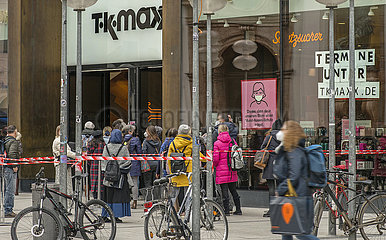 Andrang bei TK maxx  Muenchen  April 2021