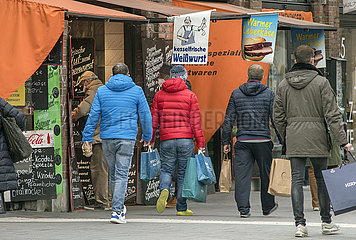 Viktualienmarkt Metzgerzeile Passanten  Muenchen  15.04.2021
