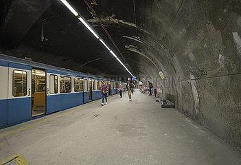 Sendlinger Tor  U-Bahnhof  erster Lockdown  Muenchen  21.04.2020