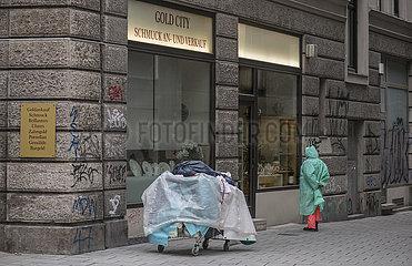 Obdachlose vor Geschaeft Goldankauf  April 2021
