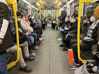 Vollbesetzte U-Bahn waehrend der Corona-Pandemie