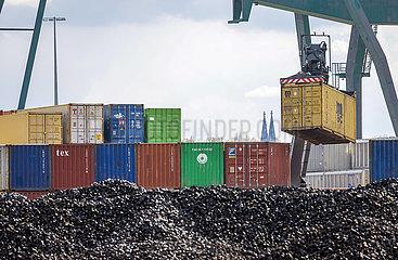 Hafen Koeln Niehl  Container am Containerterminal  Nordrhein-Westfalen  Deutschland  Europa