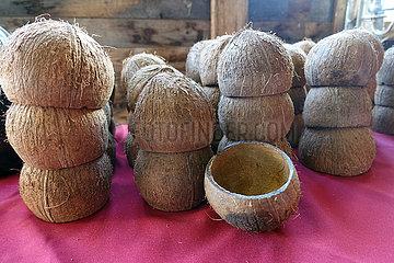 Neu Kaetwin  Deutschland  Kokosnussschalen dienen als Trinkbecher
