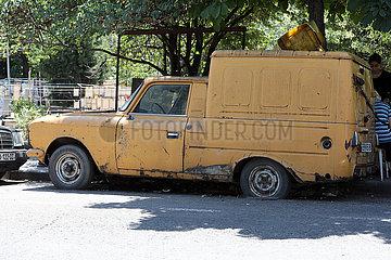 Tiflis  Georgien  Autowrack steht am Strassenrand