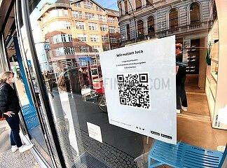 Barcode fuer Luca-App an einem Modegeschaeft