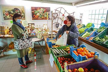 Hofladen  Kundin kauft Gemuese im Hofladen vom Gemuesehof  Welver  Nordrhein-Westfalen  Deutschland