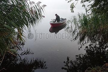 Dranse  Deutschland  Jugendlicher sitzt zum Angeln auf einem See in einem Ruderboot