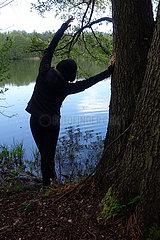 Dranse  Deutschland  Frau dehnt sich an einem Baum
