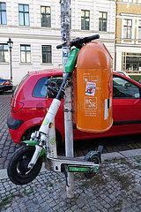 Berlin  Deutschland  E-Roller haengt an einem Muelleimer der Berliner Stadtreinigung