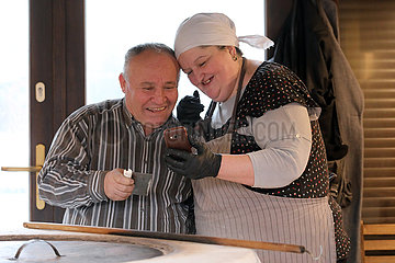 Krakau  Polen  Mann und Frau schauen lachend auf ihre Mobiltelefone