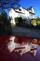 Berlin  Deutschland  Einfamilienhaus spiegelt sich auf der Motorhaube eines Autos