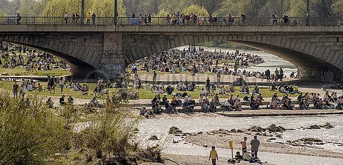 Muenchener geniessen das schoene Wetter an der Isar  24. April 2021