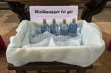 Weihwasser to go in einer Augsburger Kirche  April 2021