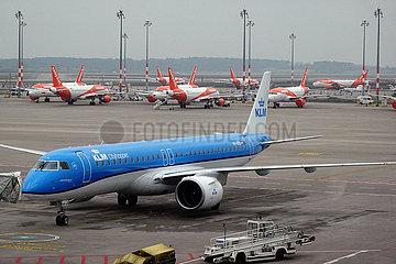 Schoenefeld  Deutschland  Flugzeuge der easyJet und KLM Cityhopper parken in Zeiten der Coronakrise auf dem Vorfeld des Flughafen