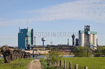 Industrielandschaft im Ruhrgebiet  Spaziergaenger spazieren am Rhein vor Industriekulisse HKM  Duisburg  Nordrhein-Westfalen  Deutschland  Europa