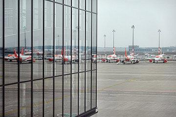 Schoenefeld  Deutschland  Flugzeuge der easyJet parken in Zeiten der Coronakrise auf dem Vorfeld des Flughafen