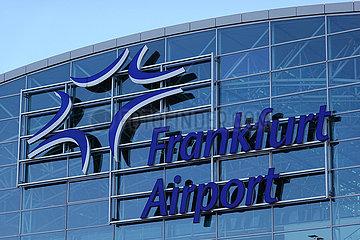 Frankfurt am Main  Deutschland  Schriftzug Fraport an der Fassade des Flughafenterminals