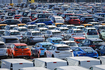 Neuwagen  Autoterminal  Binnenhafen  Duisburg  Nordrhein-Westfalen  Deutschland  Europa