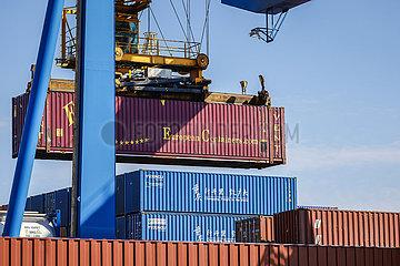 Europa und China Container  neue Seidenstrasse  Duisburger Hafen  Ruhrgebiet  Nordrhein-Westfalen  Deutschland  Europa