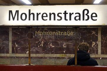 Berlin  Deutschland  Mann sitzt auf dem U-Bahnhof Mohrenstrasse