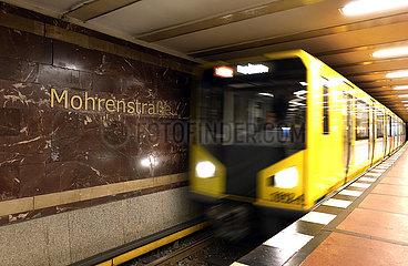 Berlin  Deutschland  U-Bahn der Linie 2 faehrt in den Bahnhof Mohrenstrasse ein