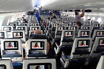 Amsterdam  Niederlande  nur wenige Menschen befinden sich waehrend der Coronapandemie in einer Flugzeugkabine