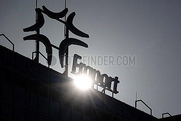 Frankfurt am Main  Deutschland  Silhouette: Schriftzug Fraport auf dem Dach des Flughafenterminals