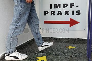 Berlin  Deutschland  Mensch betritt eine Impfpraxis