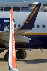 Lissabon  Portugal  Winglets von Flugzeugen der Ryanair und easyJet