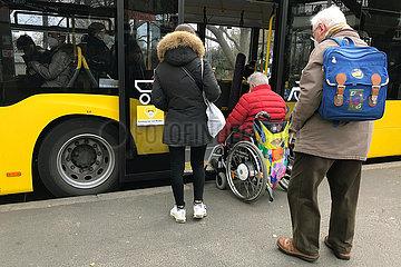 Berlin  Deutschland  Rollstuhlfahrer versucht in einen Bus der BVG einzusteigen