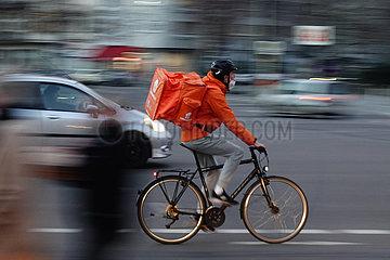 Berlin  Deutschland  Mitarbeiter von Lieferando faehrt eine Bestellung mit dem Fahrrad aus