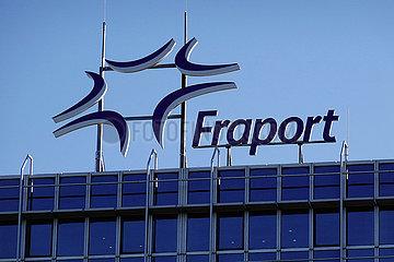 Frankfurt am Main  Deutschland  Schriftzug Fraport auf dem Dach des Flughafenterminals
