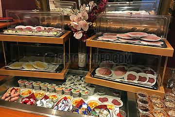 Iffezheim  Deutschland  Auswirkungen der Coronapandemie: nur abgepackte Lebensmittel zum Fruehstueck auf einem Hotelbuffet