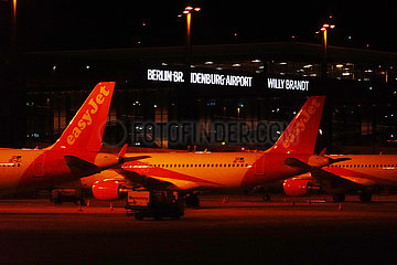 Schoenefeld  Deutschland  Flugzeuge der easyJet parken in Zeiten der Coronakrise vor dem Terminal des Flughafen BER