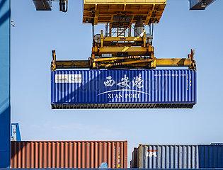 Container aus China  neue Seidenstrasse  Duisburger Hafen  Ruhrgebiet  Nordrhein-Westfalen  Deutschland  Europa