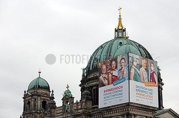 Berlin  Deutschland  Werbung fuer die Corona-Schutzimpfung an der Kuppel des Berliner Doms