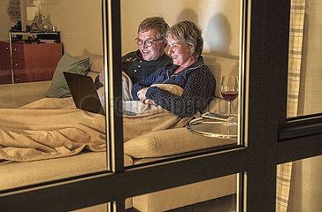 Netflix-Abend zuhause  Seniorenpaar am Notebook  Muenchen  2. Mai 2021