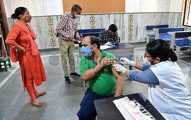 INDIEN-DELHI-COVID-19-IMPFUNG