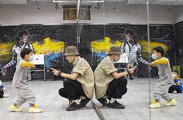 (FOCUS) CHINA-XINJIANG-GENERATION Z-STREET Tanzlehrer (CN)